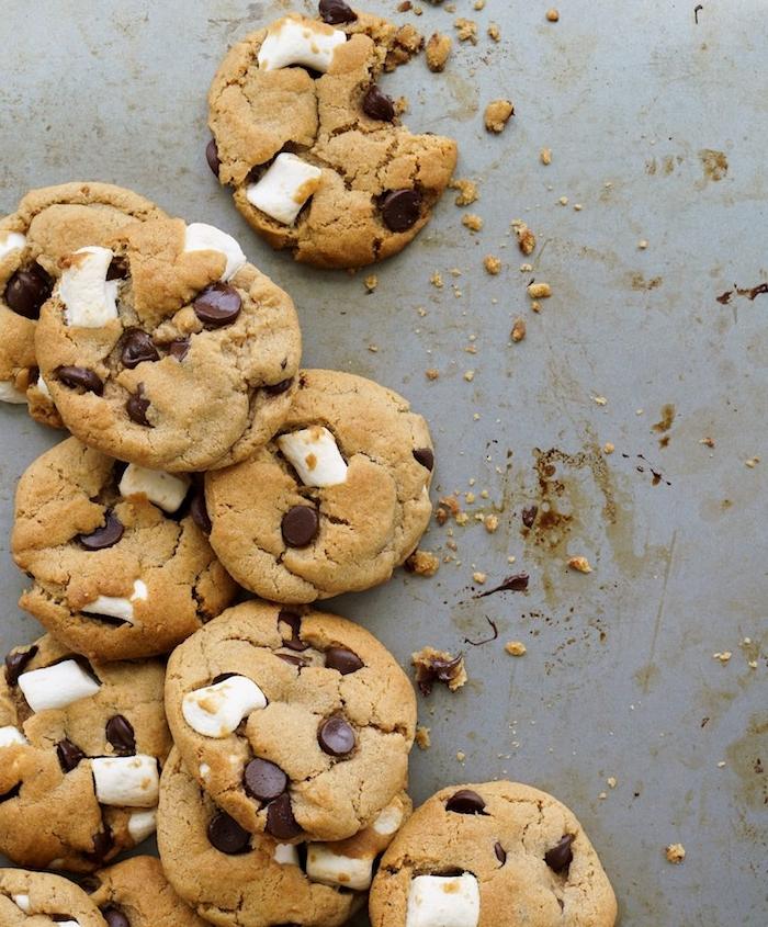 biscuit sablé fait maison, idee recette cookies extra moelleux aux pépites de chocolat et marshmallow