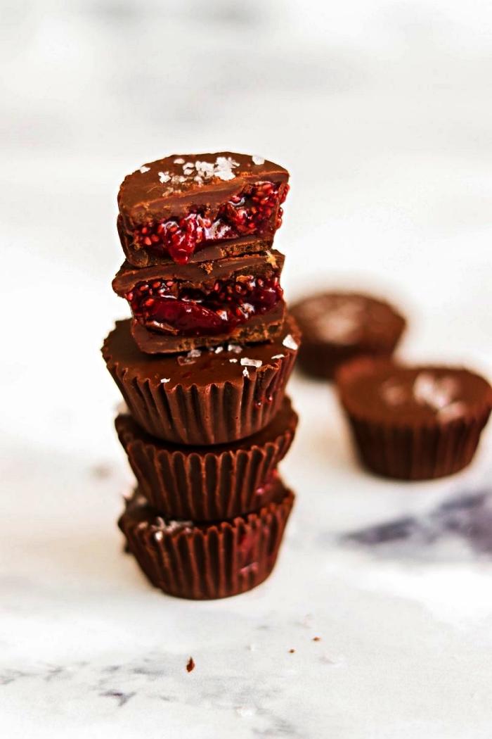 recette halloween dessert facile, bouchées au chocolat et confiture de cerises, amuse-bouches sucrés pour apéro d'halloween