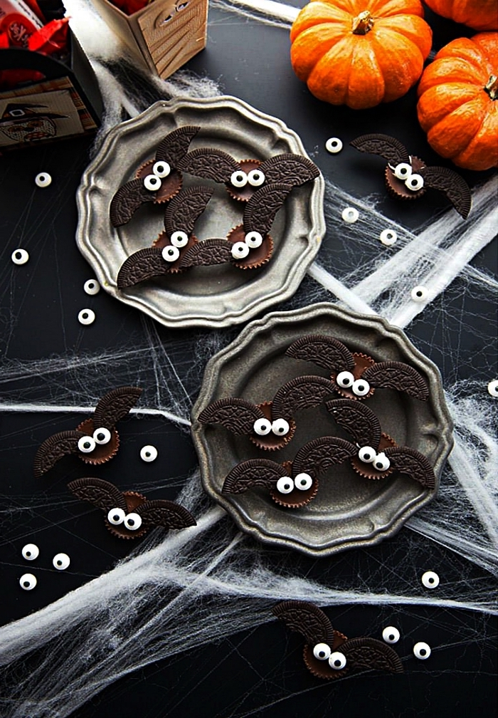 bouchées au chocolat façon chauves-souris décorées de biscuits oreo, recette gateau halloween maternelle à faire avec les enfants