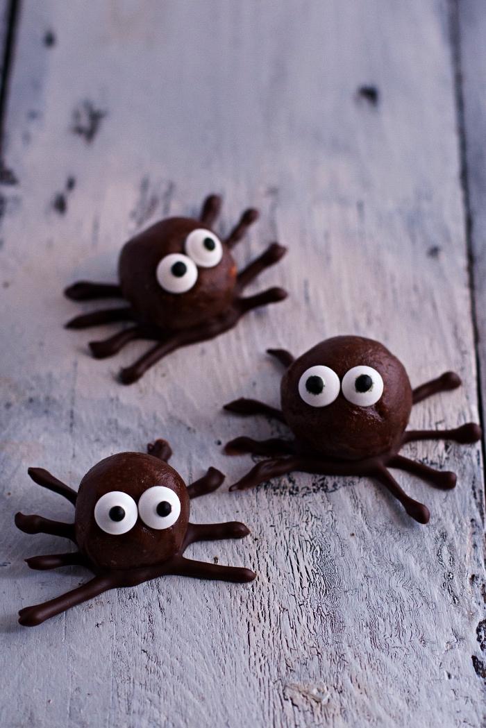 boules d'énergie au chocolat et au beurre de cacahuète façon araignées, recette sucré facile et rapide pour l'apero dinatoire halloween
