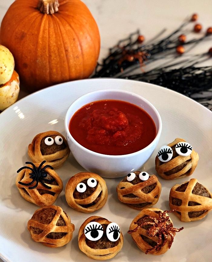 boulettes de viande et bandes de pâte à pizza façon momies, recette halloween facile et rapide pour l'apéro