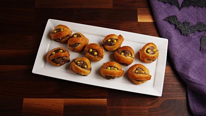 boulettes de viande et de pâte feuilletée façon momies d'halloween, idee apero dinatoire pour halloween