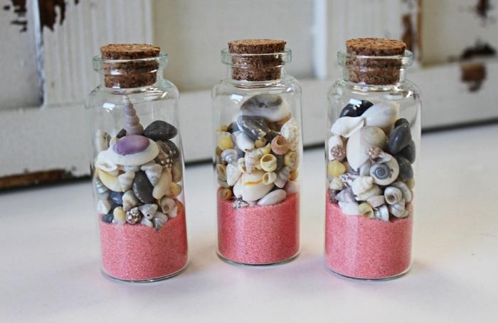 petites bouteilles en verre rempli de sable couleur rose et des coquillage, idée bricolage d'un souvenir d'été