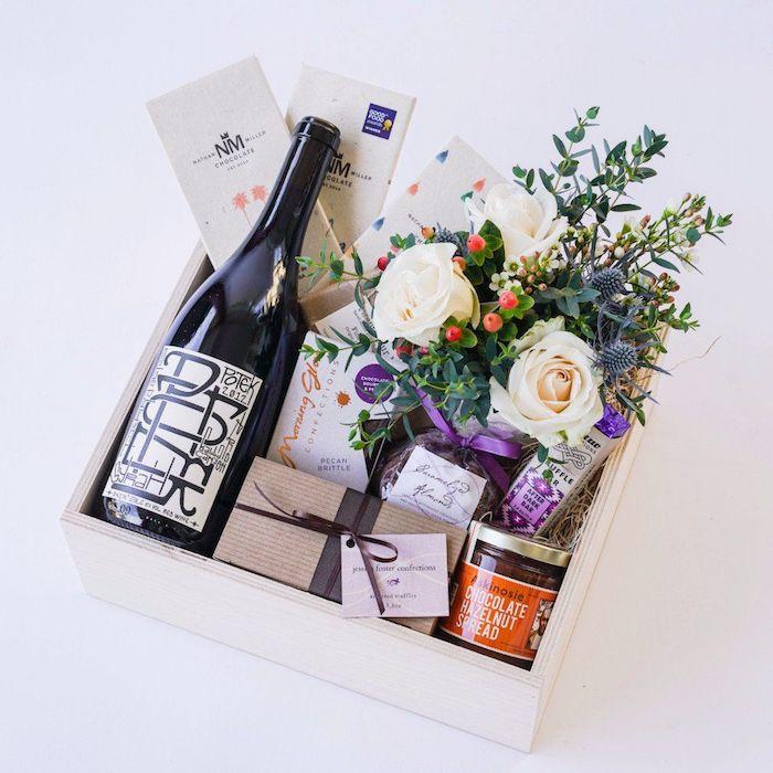 Coffret avec bouteille de vin, plante dans pot, quelques fleurs et beaucoup de chocolat, cadeau romantique, idée de cadeau pour couple