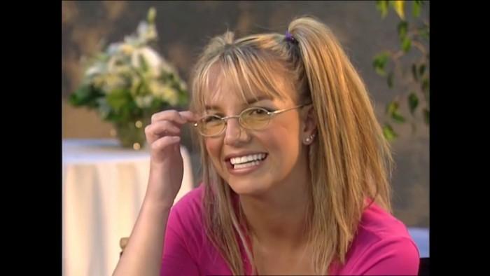 Britney Spears coiffure et vetement année 90, déguisement soirée année 90 rétro, idée comment se deguiser pour halloween