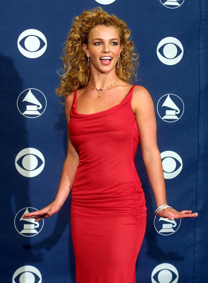 Britney Spears déguisement robe rouge et grande chevelure en boucles, vetement année 90, déguisement soirée année 90 rétro