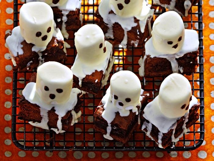 recette gateau halloween facile et rapide, brownies fantômes en guimauve au glaçage au sucre glace