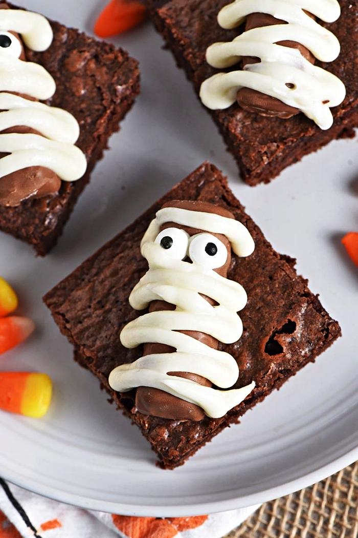 carrés de brownies momies en barres chocolatées, deco gateau halloween facile, idée recettes d'apéro sucrées pour halloween