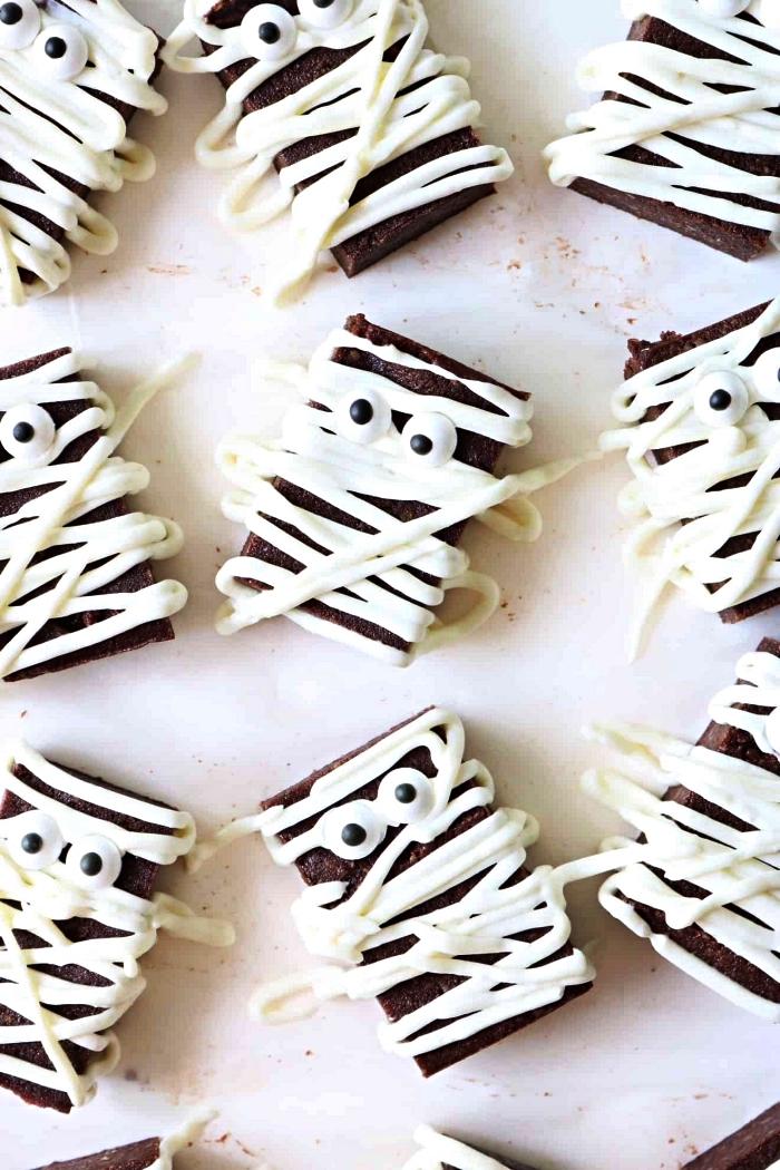 dessert facile et rapide pour l'apéro d'halloween, brownies momies sans gluten au glaçage blanc