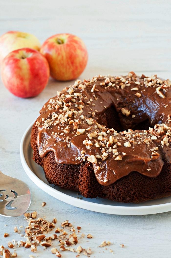 gâteau bundt cake aux pommes et au chocolat nappé de beurre d'amande et de pommes, bundt cake au glaçage
