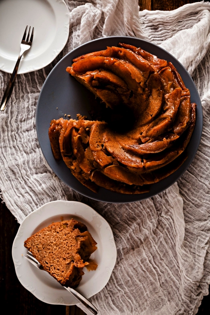 gâteau bundt cake aux pommes, épices et miel, nappage de pommes caramélisées, cake au miel et aux pommes