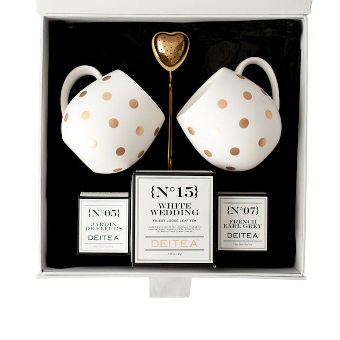 Thé pour deux, idée luxueuse boite blanche pleine de bon thé et deux tasses à pois dorés, idée cadeau commun pour parents, coffret cadeau couple