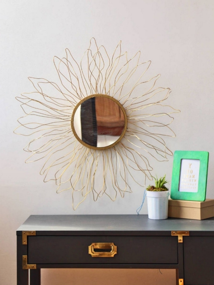 déco bureau à domicile, modèle bureau récup avec peinture noir mat et finition or, modèle de miroir soleil doré