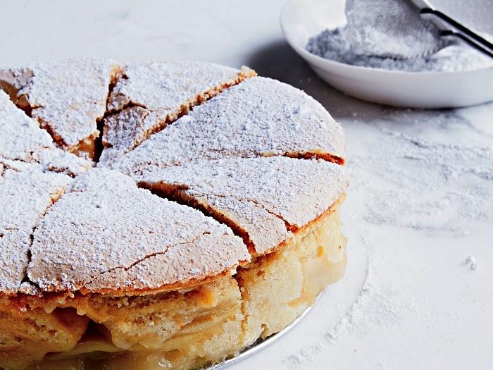 gateau aux pommes facile et rapide, gâteau russe sharlotka aux pommes, au dessus craquelé et au coeur tendre