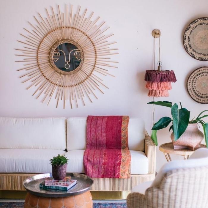 décoration salon de style jungalow, modèle de salon blanc avec meubles bois, idée miroir rotin en forme soleil