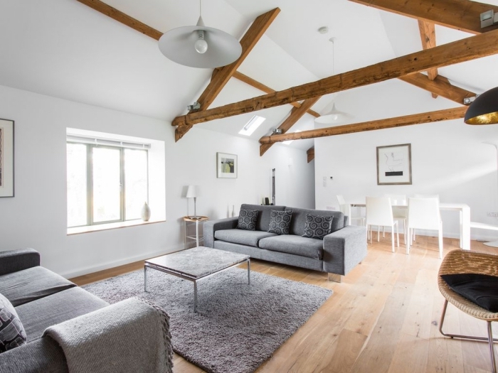 transformer grange en habitation, décoration scandinave dans un salon blanc et bois avec meubles nuances de gris