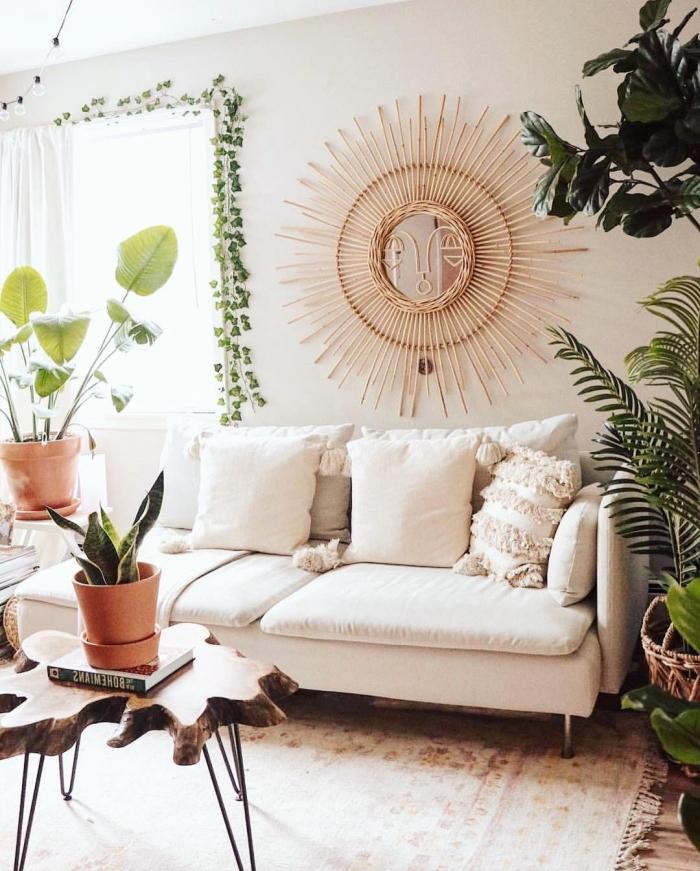 comment aménager un salon de style jungalow aux murs beige avec meubles bois, modèle de miroir Justina Blakeney