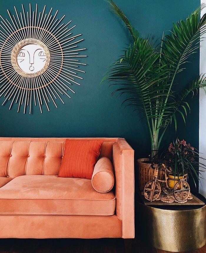 couleur murs intérieur tendance 2019, déco de salon jungalow avec canapé velours corail, miroir Justina Blakeney