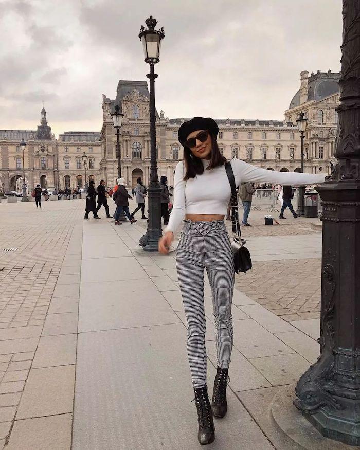 Paris femme tenue, pantalon à carreau et top court à manche longue couleur blanc, bottines à talon et pantalon lin femme, adopter le pantalon carotte décontracté