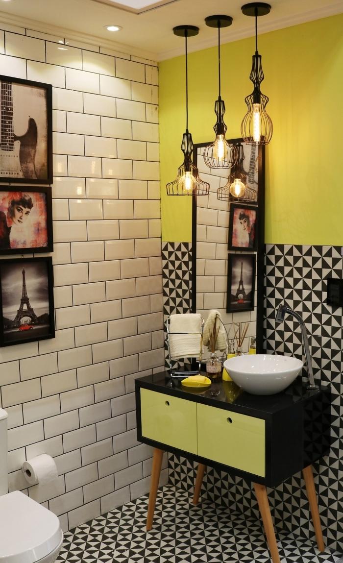 idée peinture wc originale, modèle wc aux murs en carreaux blancs, exemple éclairage industriel avec lampe suspendue en fer