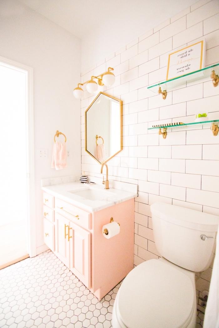 idée comment décorer ses toilettes de façon originale, modèle salle de bain aux murs blancs avec meubles rose pastel et objets dorés