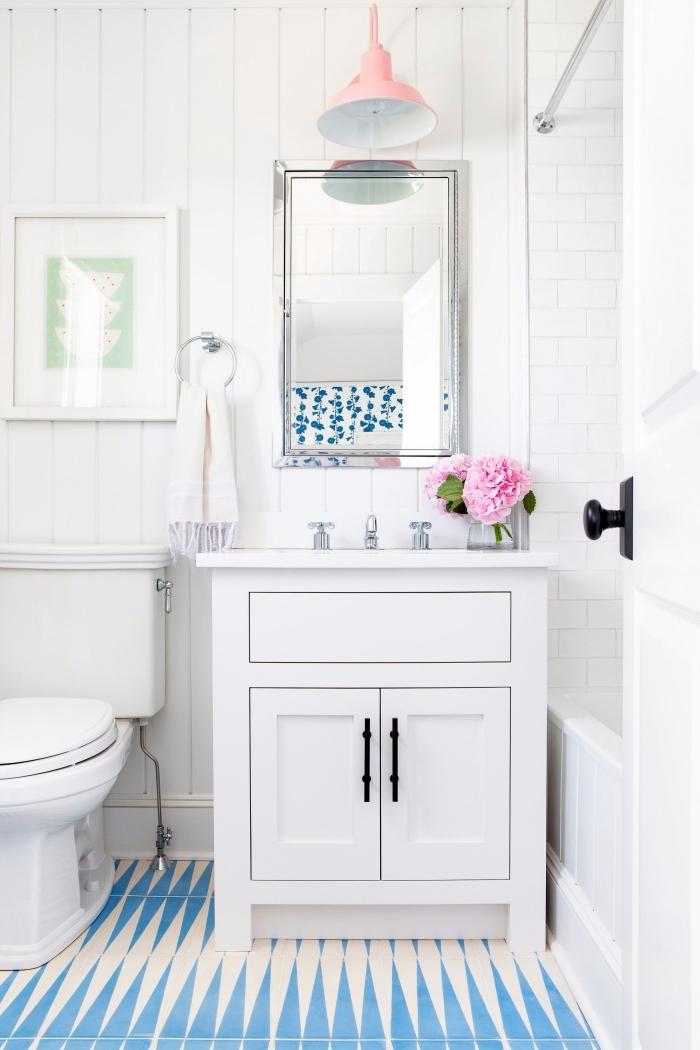 exemple carrelage toilette en blanc et bleu, modèle meuble lavabo toilette en blanc avec poignées en noir mat