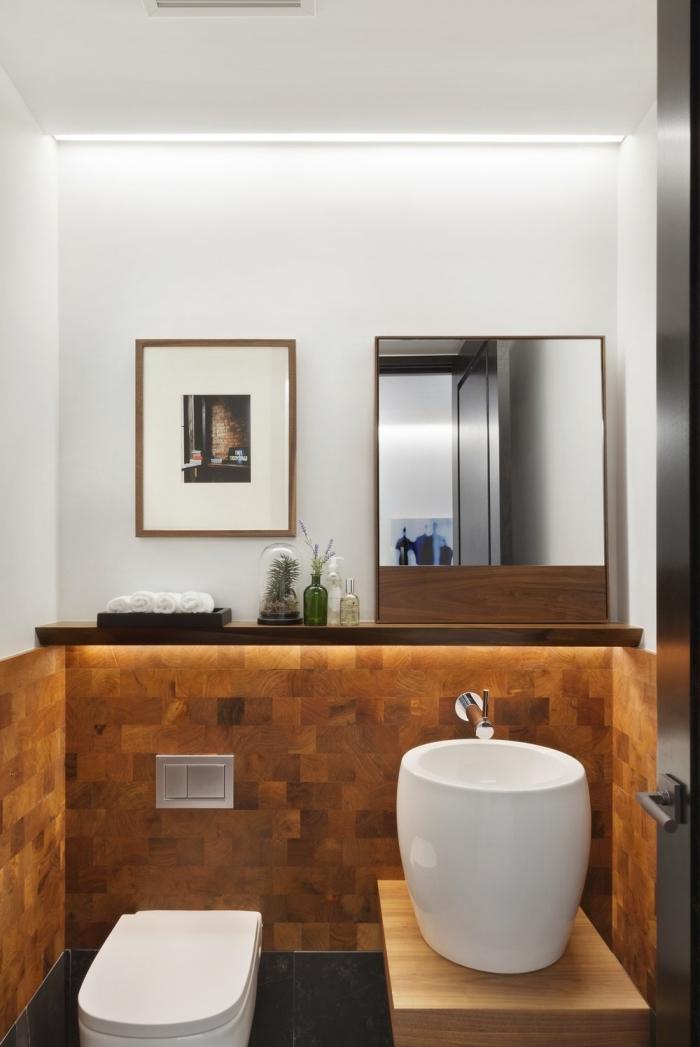 idée déco toilettes, aménagement toilette aux murs bicolore avec carrelage marron et peinture blanche, déco wc suspendue