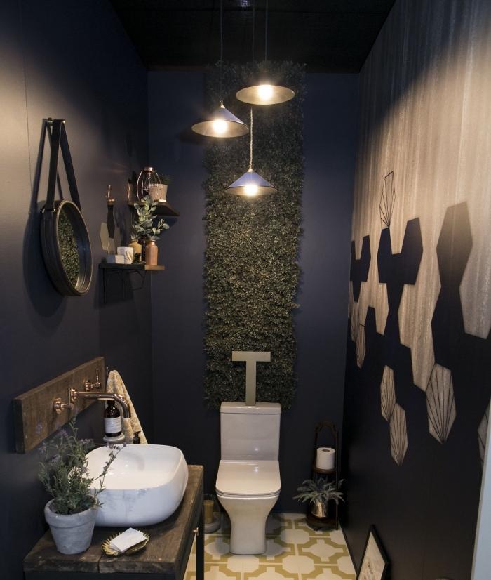 design intérieur moderne dans une salle wc, idee deco wc aux murs noirs avec pan de mur en revêtement bois