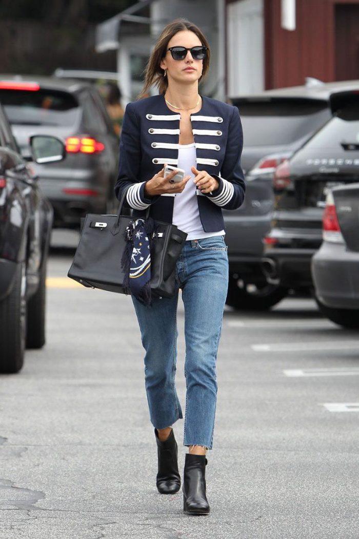 Copier le style des femmes célèbres, idée tenue jean style carotte, pantalon femme taille haute chic, pantalon chino femme