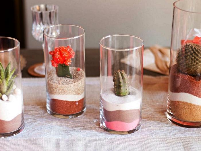 centre de table terrarium avec des couches de sables naturels et colorés, idée déco avec du sable coloré