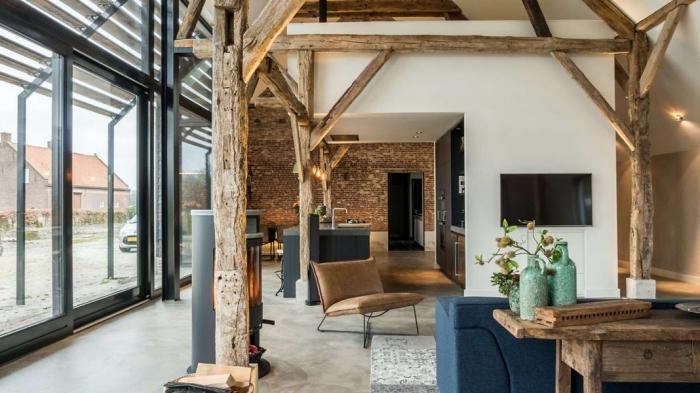 décoration intérieur de style loft industriel aux murs briques et peinture blanche avec accents en bois brut et noir