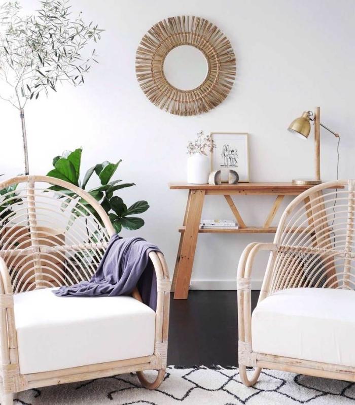 idée fabrication miroir facile, déco pièce blanche avec meubles bois, modèle de fauteuil bambou et tissu blanc