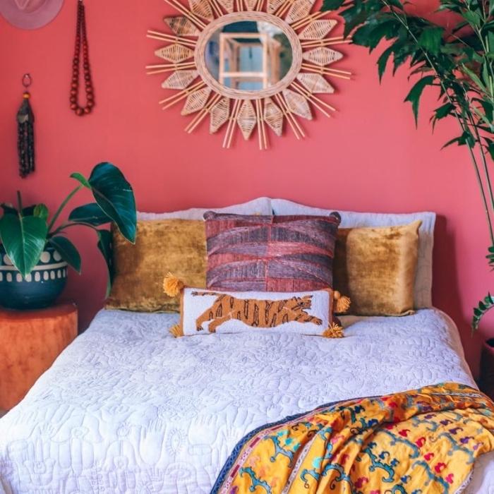 déco chambre jungalow aux murs roses avec meubles en bois bruts et plantes d'intérieur, idée miroir bambou fait main