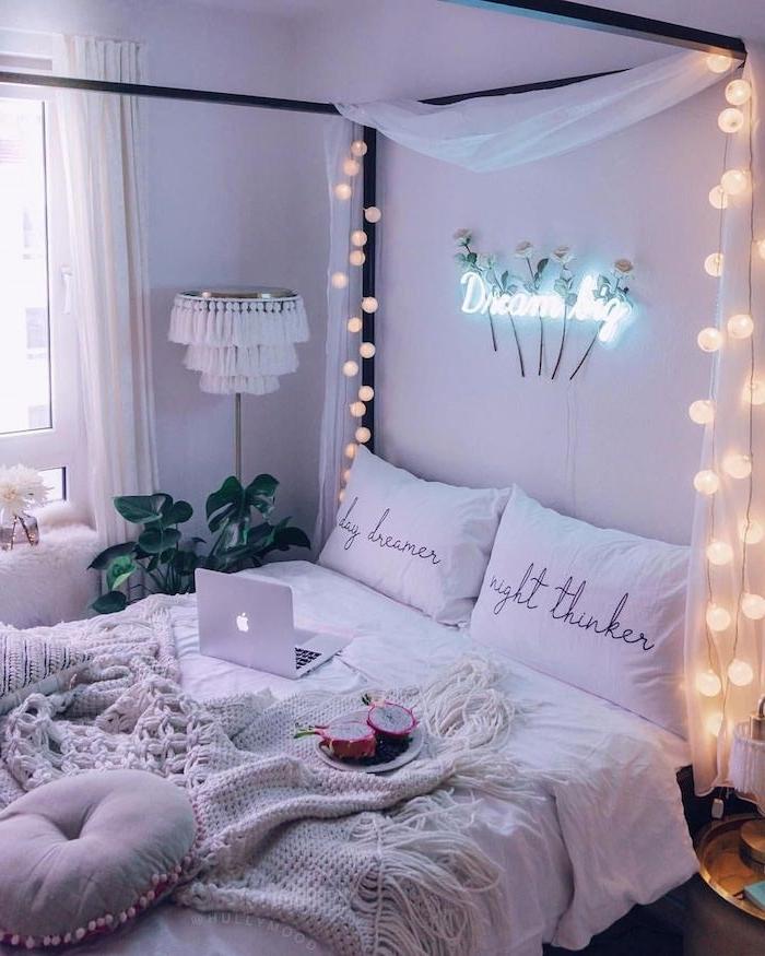 lit baldaquin romantique pour deco chambre scandinave en blanc avec parure d elit blanche, guirlande boule lumineuse, plante verte interieur, tete de lit lumineuse lettres neon