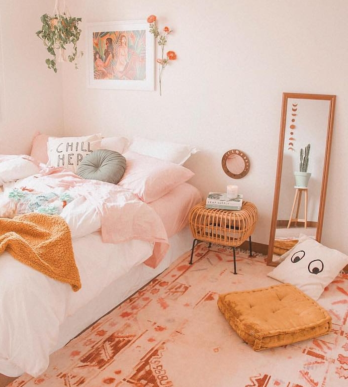 idee deco chambre romantique en rose et blanc, tapis marron et blanc, miroir rectangulaire, linge de lit rose et blanc avec couverture jaune moutarde