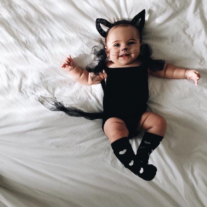 Chat noir deguisement bebe fille, déguisement halloween pour bébé, simple idée comment habiller son bébé comme un chaton, diademe avec oreillettes