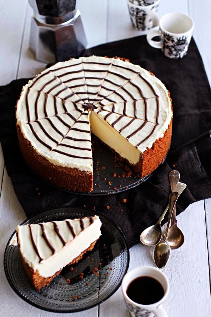 cheesecake d'halloween en toile d'araignée, idée repas halloween pour un apéro d'halloween