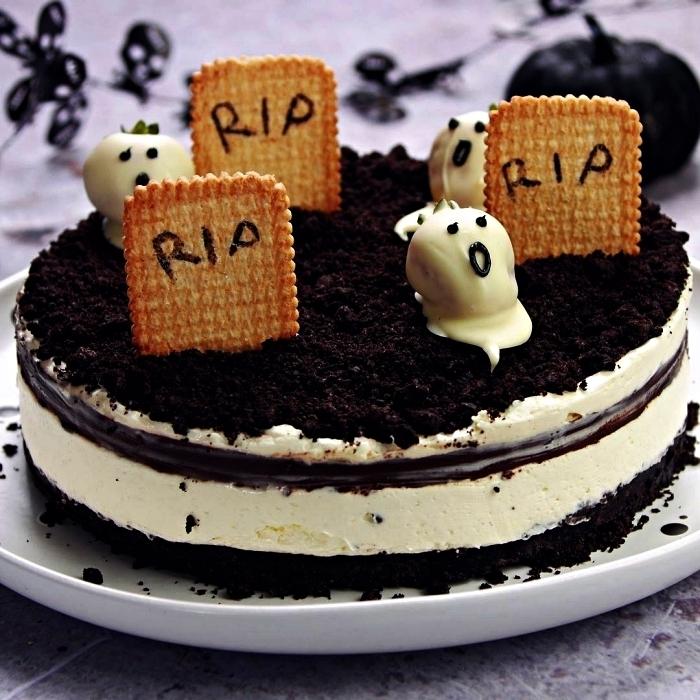 cheesecake oreo façon cimetière décoré de pierres tombales en biscuits petit-beurre et de fantômes fraises