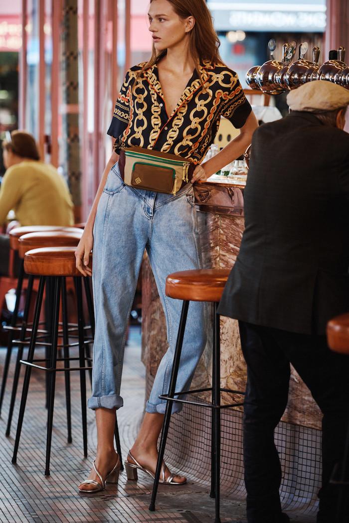 Chemise originale à manche courte associée à pantalon femme chic, belle femme habillée bien au style casual avec sandales à petit talon