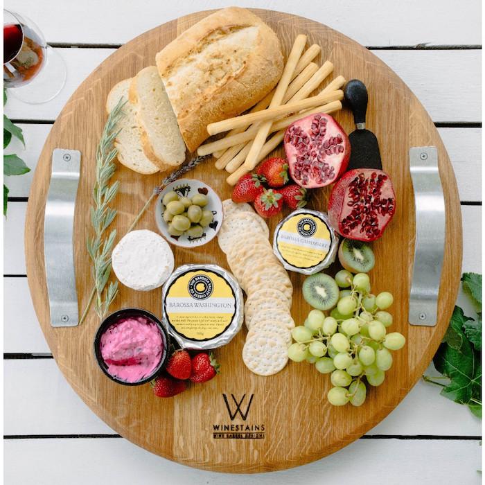 Plateau de fromage avec nom gravé, idée cadeau personnalisé couple jeunes mariés, la meilleure idée box cadeau couple