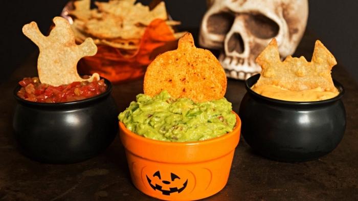 idée repas halloween, de la sauce salsa et dip au potiron servis dans de petits chaudrons de sorcière
