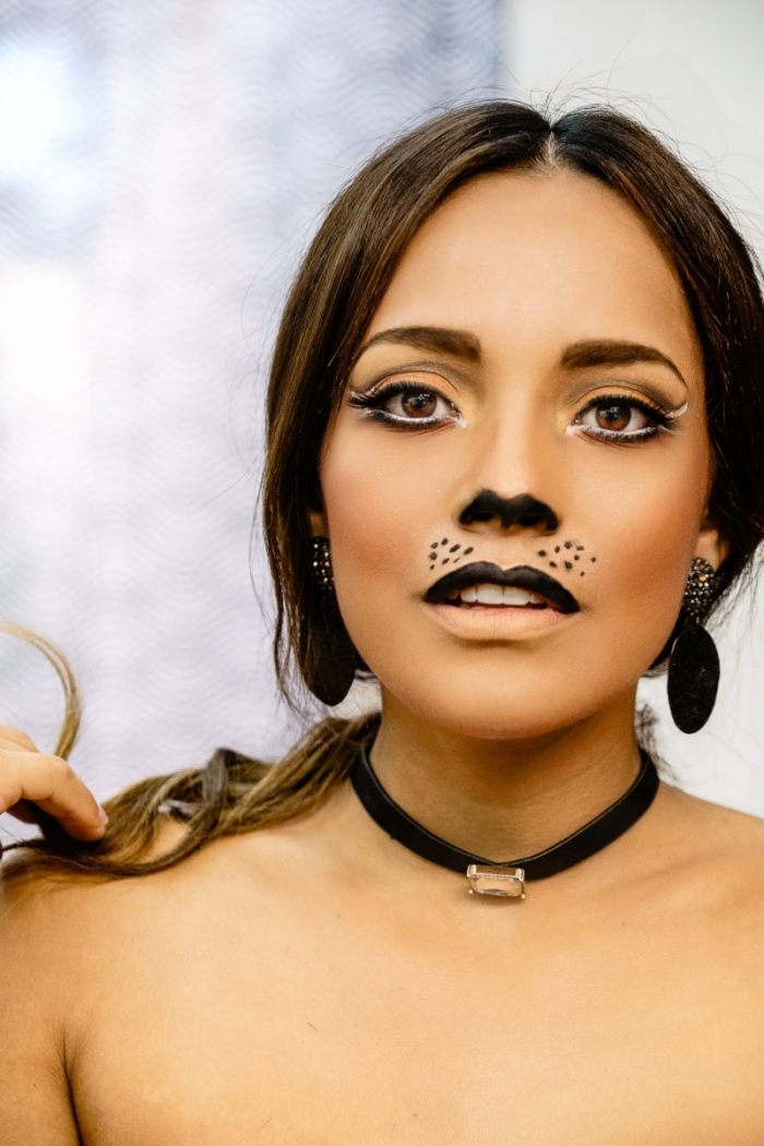 maquillage simple halloween, idée makeup chat avec fards à paupières orange et rouge à lèvres noir mat pour moustaches