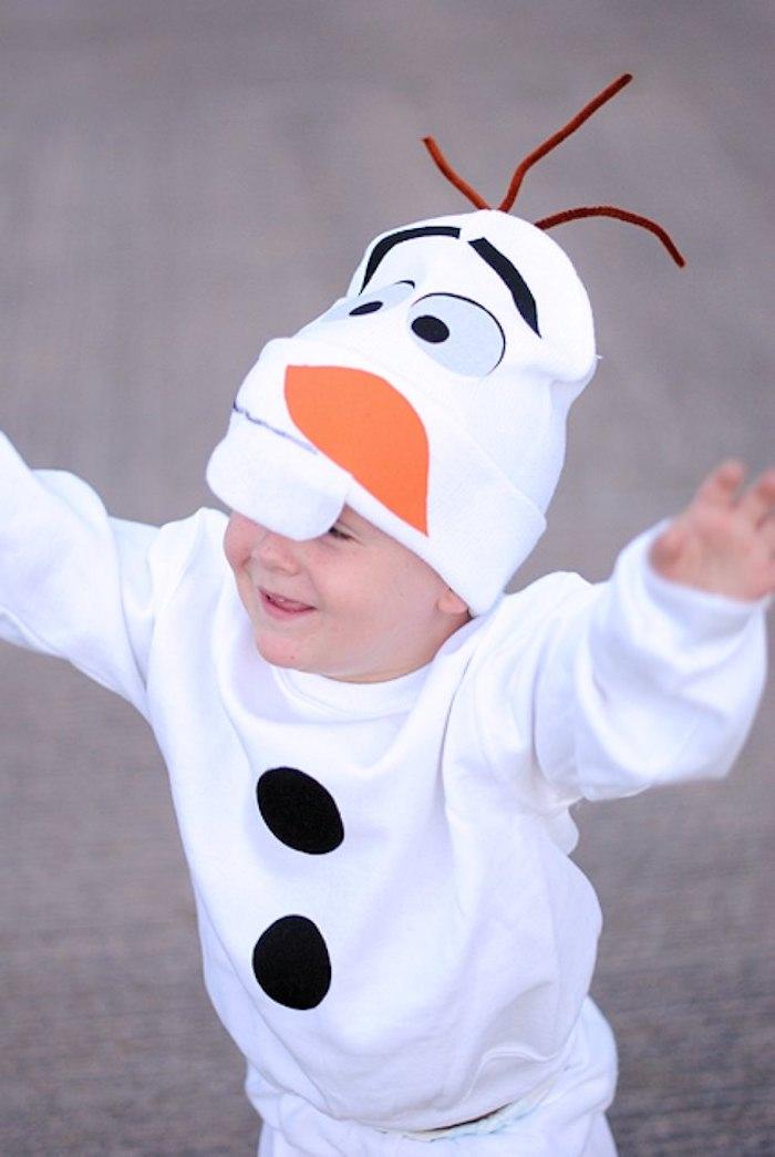 Olaf déguisement halloween pour bébé, idée comment deguiser son enfant simplement en costume blanche avec chapeau yeux et nez carotte dessin