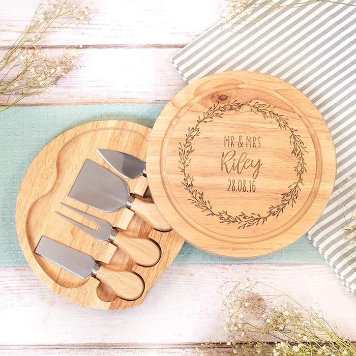 Ronde plateau en bois avec différentes affaires de cuisine, box cadeau couple, idée cadeau amoureux simple et bonne