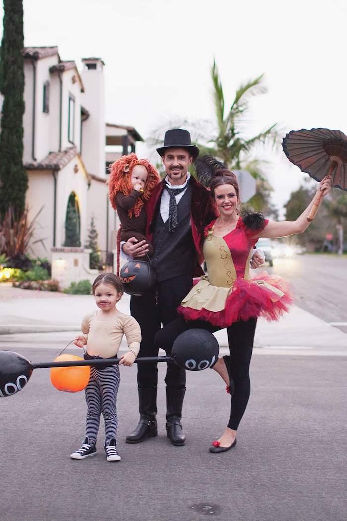 Famille cirque deguisement enfant, couple avec ses enfants deguisement Disney idée tenue bébé lion