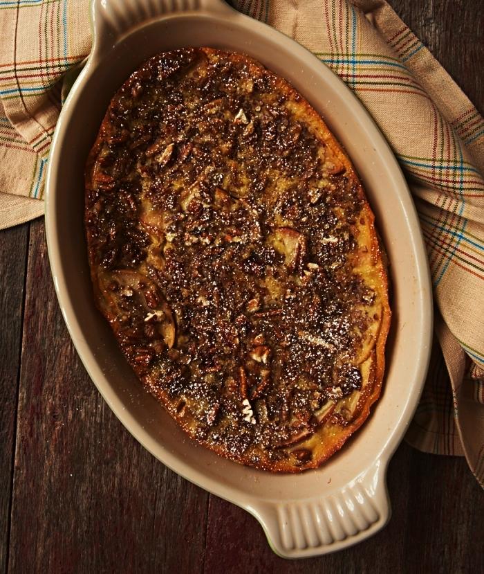 clafoutis aux pommes et au bourbon, gâteau français à base de pommes, recettes d'automne dessert à base de pommes