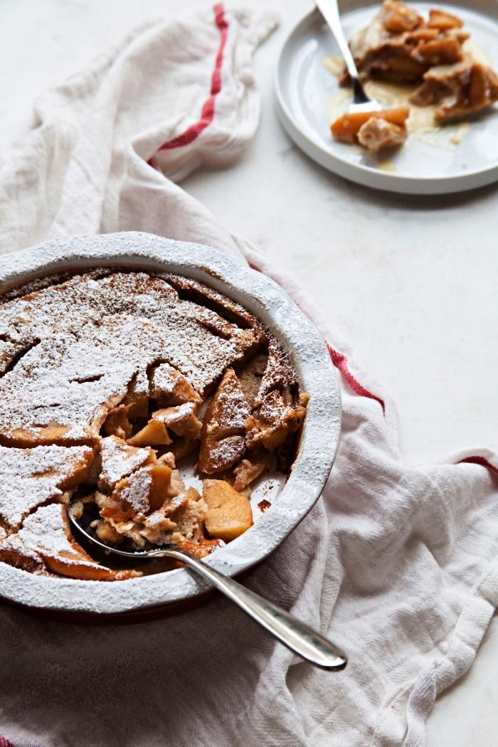 recette facile de clafoutis aux pommes, tarte française aux pommes saupoudrée de sucre glace
