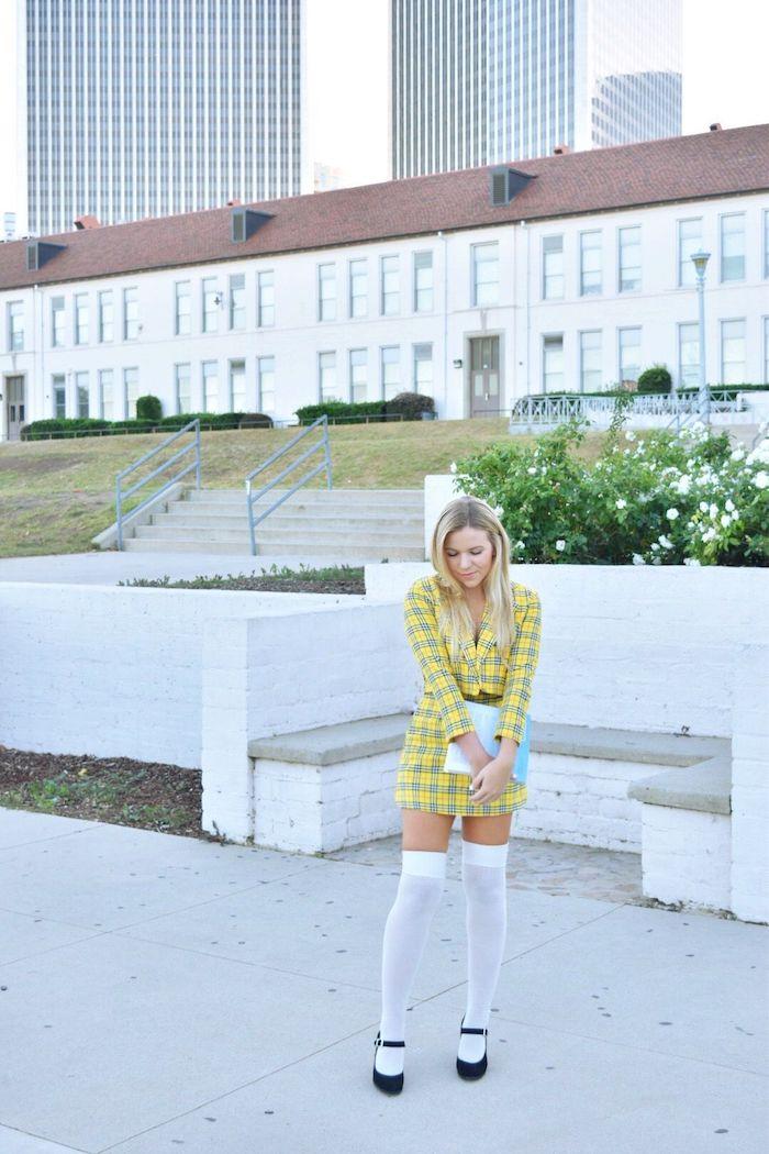 Fille déguisée comme Cher dans son tenue jaune carrée, inspiration deguisement couple, originale idée tenue rétro