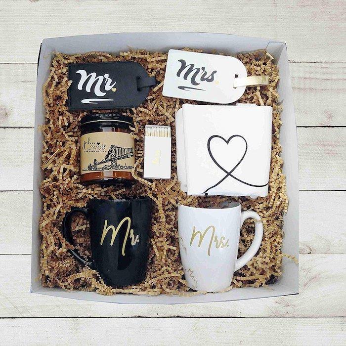 Deux tasses M et Mme, bougie aromatisée et tags pour les valises, cadeau 1 an couple, box cadeau couple, que offrir a ses amis