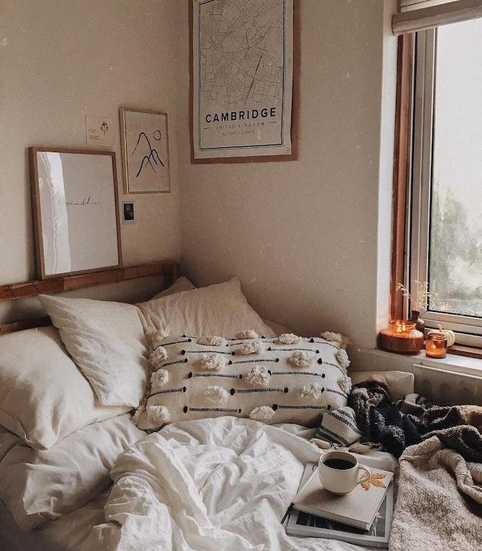 rebord de fenetre deco avec bougies, lit décoré de coussins boheme chic, linge maison blanc, deco automne chambre